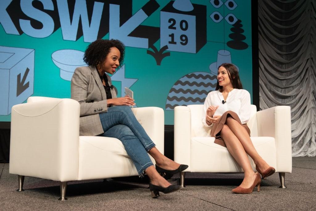 Alexandria Ocasio-Cortez (à dir.) é entrevistada pela jornalista Briahna Gray no SXSW 2019 (Foto: Jim Bennett/WireImage)