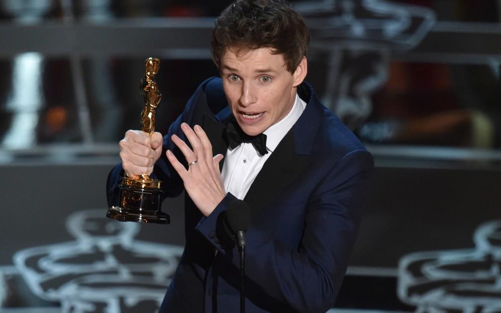 Eddie Redmayne recebe o Oscar de melhor ator por 'A teoria de tudo' (Foto: John Shearer/Invision/AP)