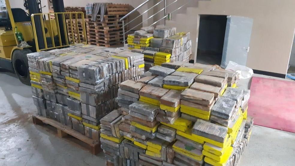 Três são presos e 1,7 tonelada de cocaína é apreendida em depósito em Camaçari, na região metropolitana de Salvador — Foto: Divulgação/Polícia Federal