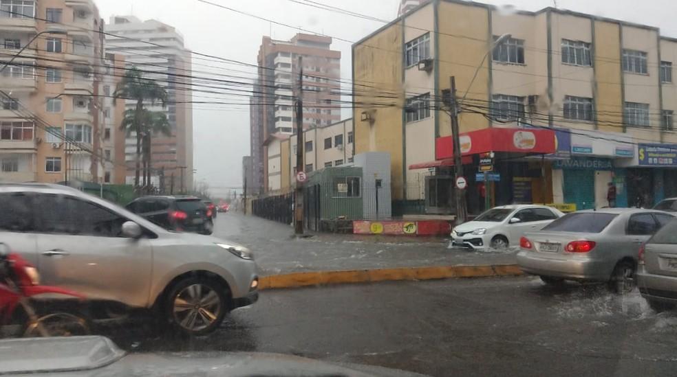 Chuva na avenida Santos Dumont, no Bairro Aldeota, em Fortaleza. — Foto: Halisson Ferreira/TV Verdes Mares