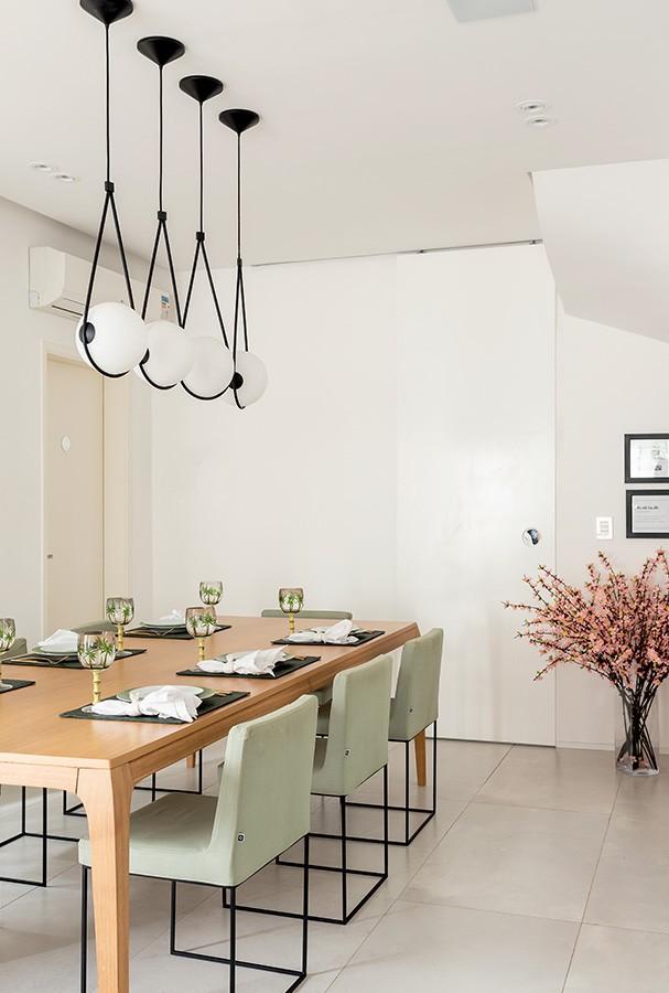 A sala de jantar com pendentes e mesa da Decameron Design, e cadeiras da Carbono Design (Foto: Ricardo Bassetti)