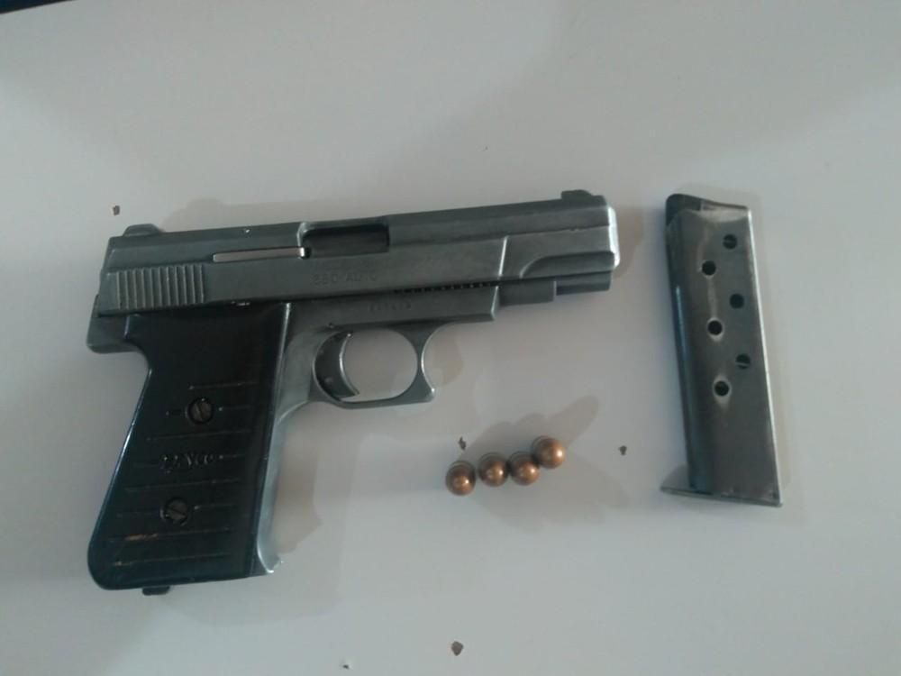 Arma apreendida com o assaltante morto — Foto: Osvaldo Nóbrega/TV Morena