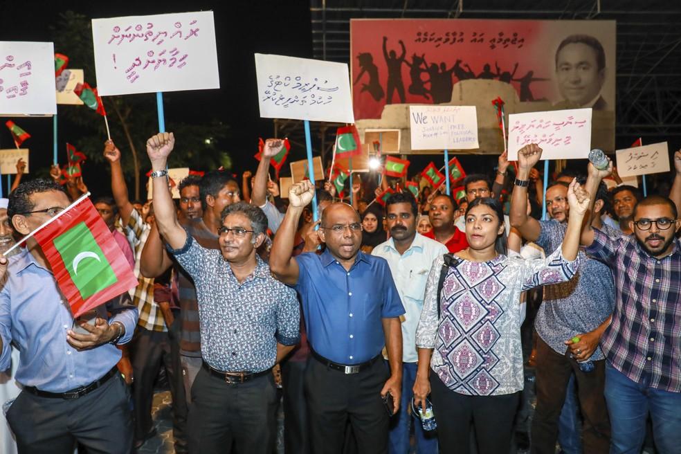 Manifestantes protestam neste domingo (4) nas Maldivas ára exigir que presidente acate ordem da Suprema Corte de reabilitar deputados opositores e anular condenação de opositores políticos (Foto: Mohamed Sharuhaan/AP Photo)