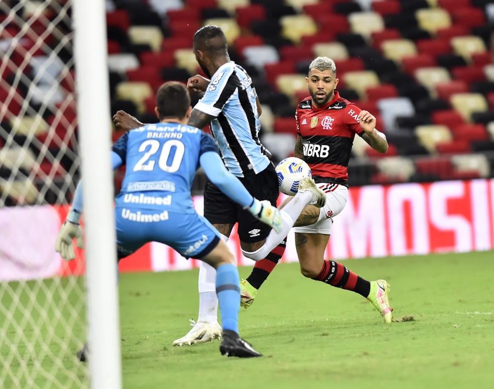 Defesa do Grêmio tenta parar Gabigol contra o Flamengo — Foto: André Durão