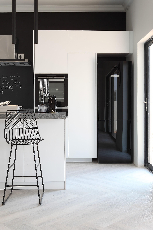 Décor do dia: cozinha com parede lousa e decoração em preto e branco (Foto: Divulgação)