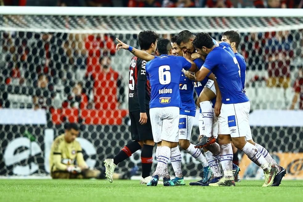 Setor defensivo remanescente de 2014 vem mantendo um bom momento no Cruzeiro  (Foto: Agência Estado)