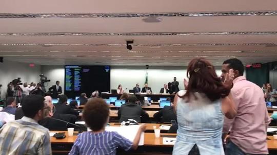 Discussão do projeto 'Escola sem Partido' acaba em bate-boca entre deputados e manifestantes