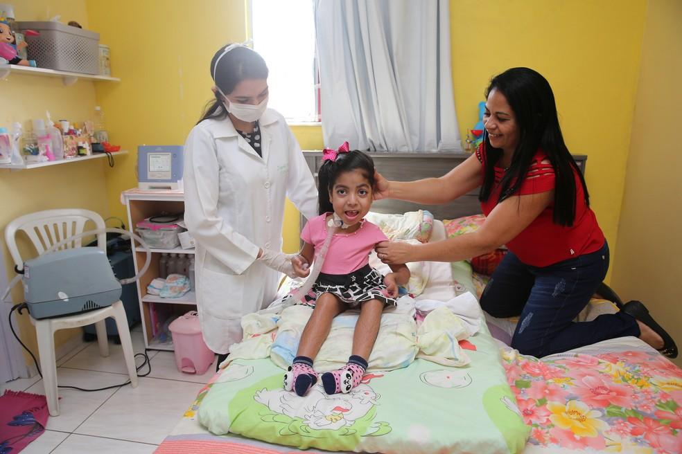 Há três anos, Sofia teve uma parada respiratória, e teve de passar por uma traqueostomia — Foto: José Leomar