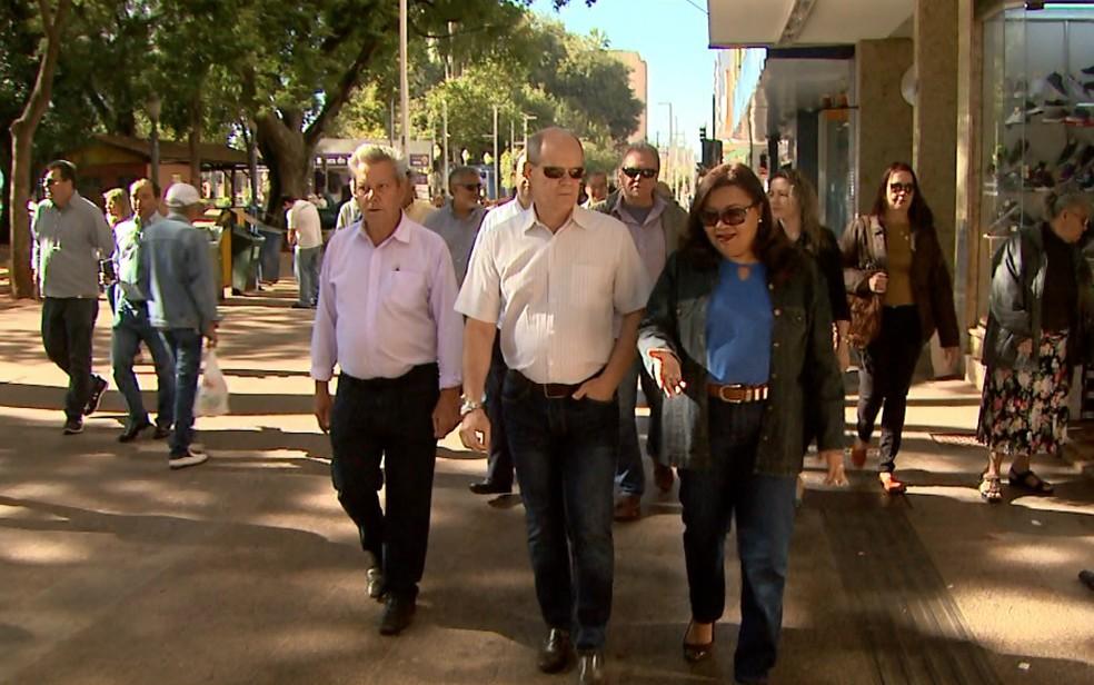 O vereador Nelson das Placas (PDT), o secretário de Obras, Luiz Pedro Pegoraro, e a vereadora Gláucia Berenice (PSDB) vistoriam o calçadão de Ribeirão Preto (Foto: Maurício Glauco/EPTV)