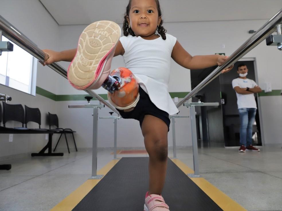 Ana Júlia ganha prótese e se adapta com a vida nova — Foto: Marcos Sandes/Prefeitura de Araguaína