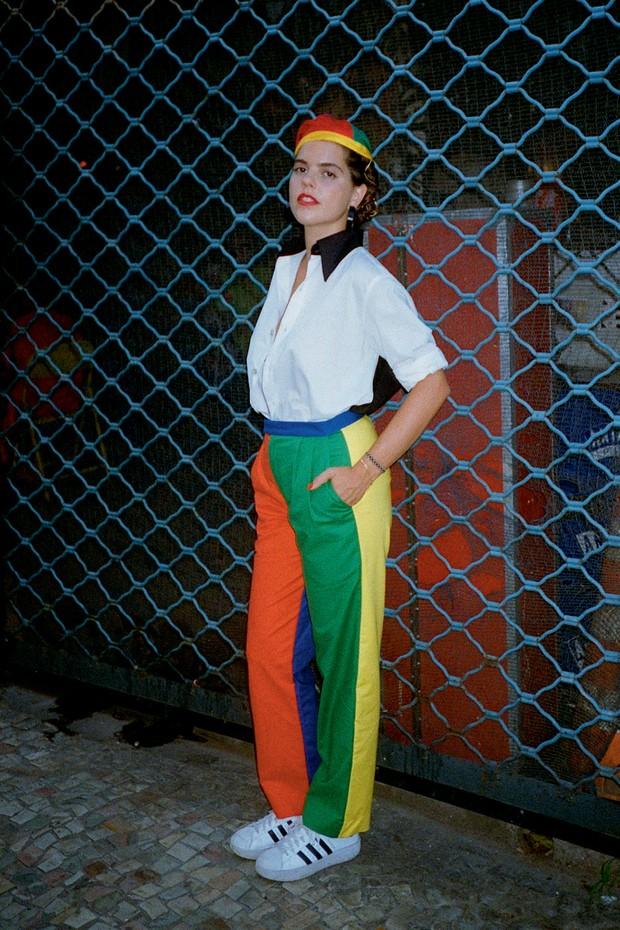 Alix Duvernoy usa camisa (R$ 1.863), calça (R$ 1.130), headpiece (R$ 957) e brincos (R$ 990), tudo da coleção de estreia da marca que leva seu nome (Foto: Tinko Czetwertynski)