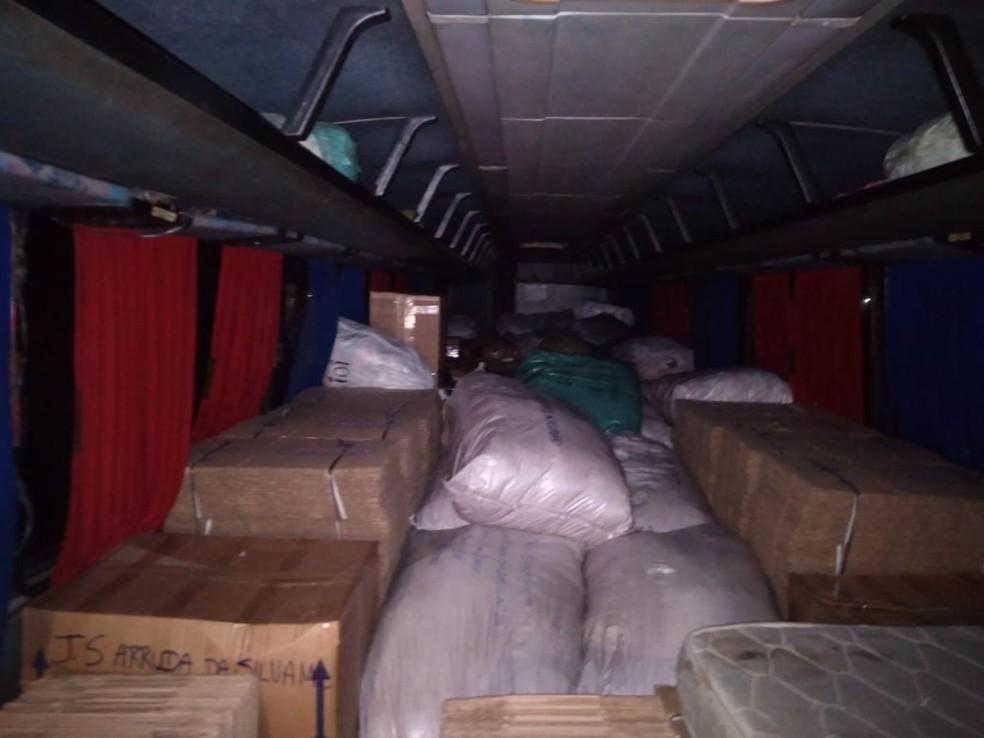 Produtos transportados dentro de ônibus sem nota fiscal foram apreendidos também no fim de semana — Foto: SET/Divulgação