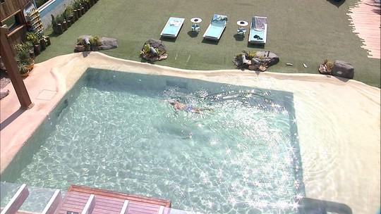 Diego ajuda Kaysar a contar travessia na piscina