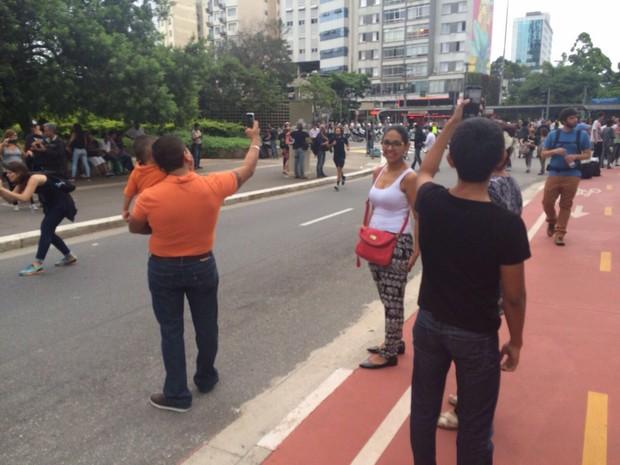 Família faz foto durante protesto (Foto: Glauco Araújo/G1)