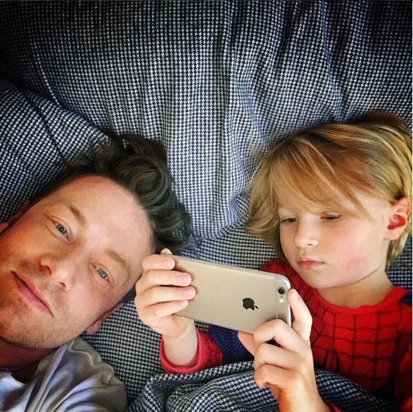 O apresentador Jamie Oliver com o seu filho (Foto: Instagram)