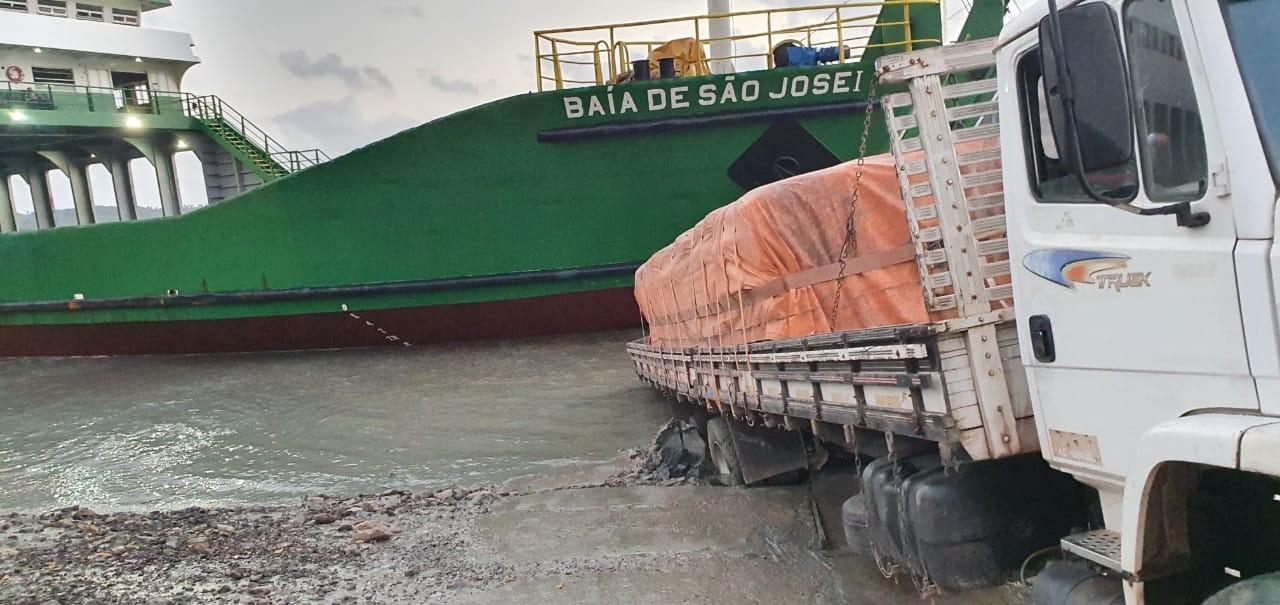 Caminhão carregado de cimento atola na rampa do ferryboat em São Luís