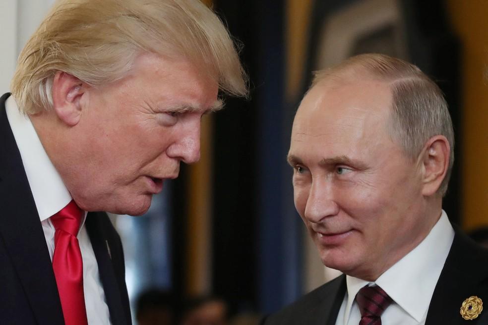 Donald Trump e Vladimir Putin em encontro de líderes da Apec no Vietnã (Foto: Mikhail Klimentyev/Sputinik/AFP)