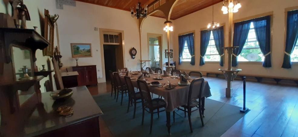 Sala de jantar da Fazenda Bom Jardim, RJ, foi reconstruída e cada detalhe remanescente foi preservado — Foto: Divulgação