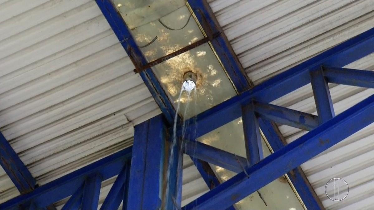 Calhas no telhado do Estádio Moacyrzão caem após chuva forte em Macaé, no RJ