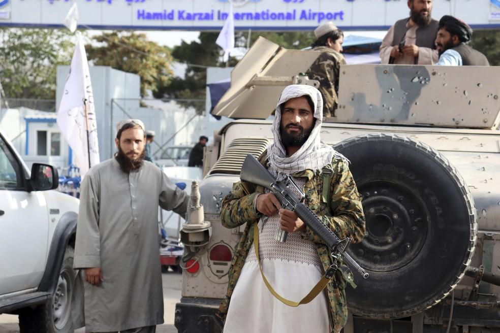 Combatentes do Talibã montam guarda em frente ao Aeroporto Internacional Hamid Karzai, em Cabul, após a retirada dos Estados Unidos da capital do Afeganistão, em 31 de agosto de 2021 — Foto: Khwaja Tawfiq Sediqi/AP