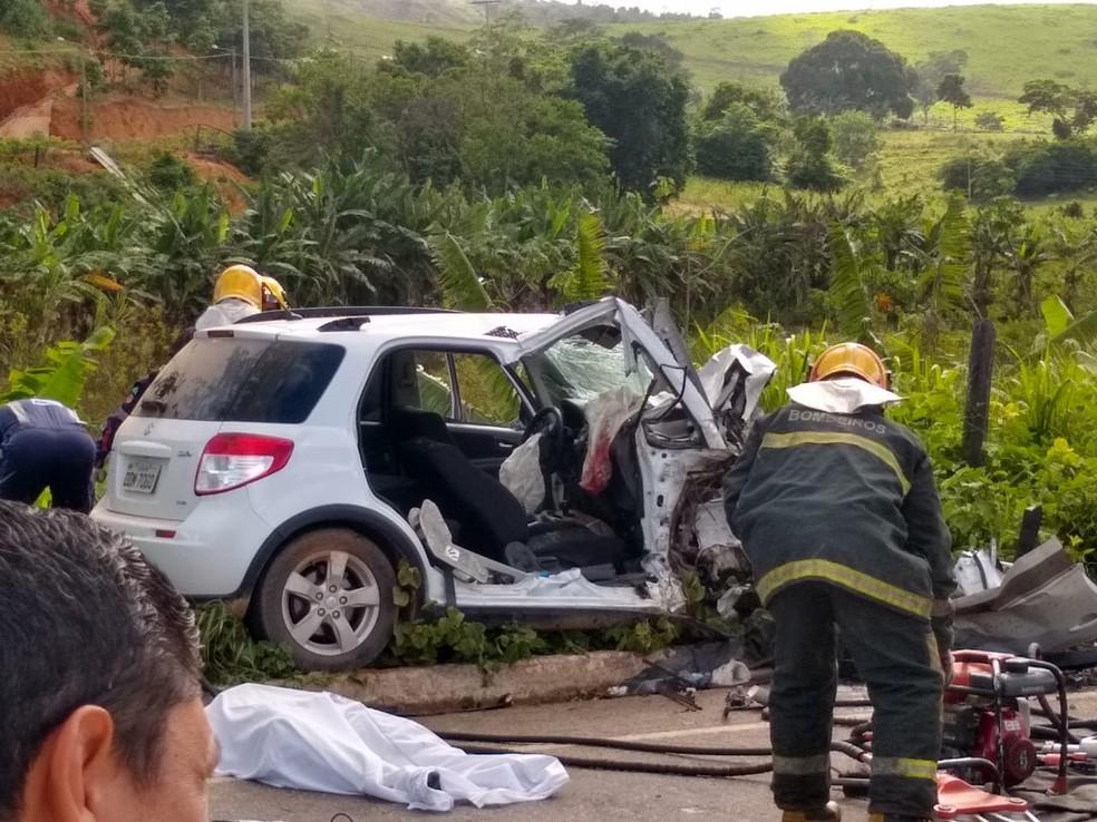 Acidente entre dois carros deixou dois mortos na BR-259 em Colatina — Foto: VC no ES1