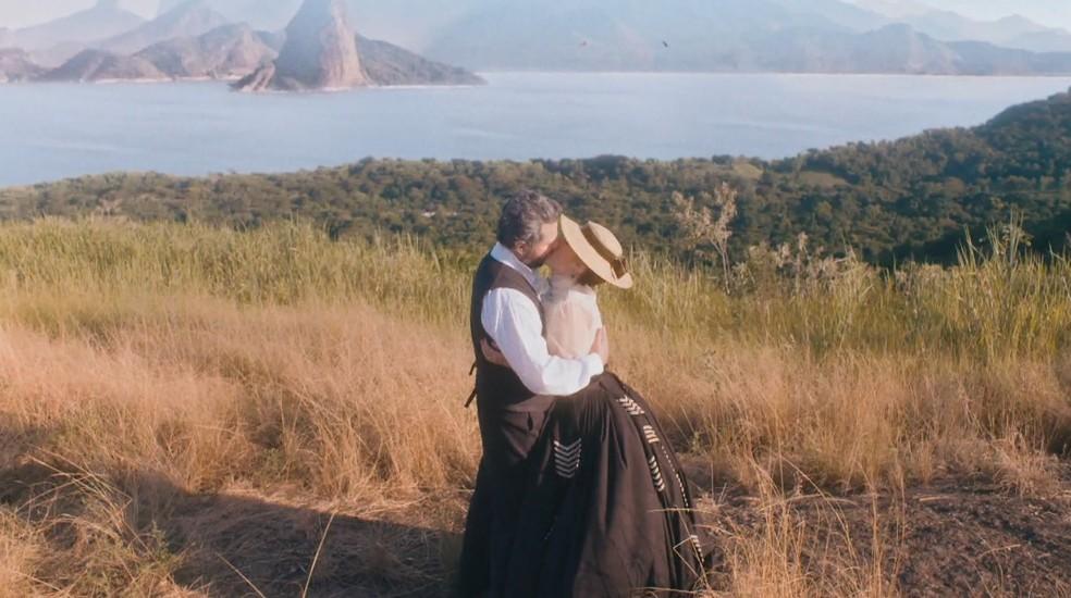 Em 'Nos Tempos do Imperador', D. Pedro II (Selton Mello) beija Luísa (Mariana Ximenes) — Foto: Globo