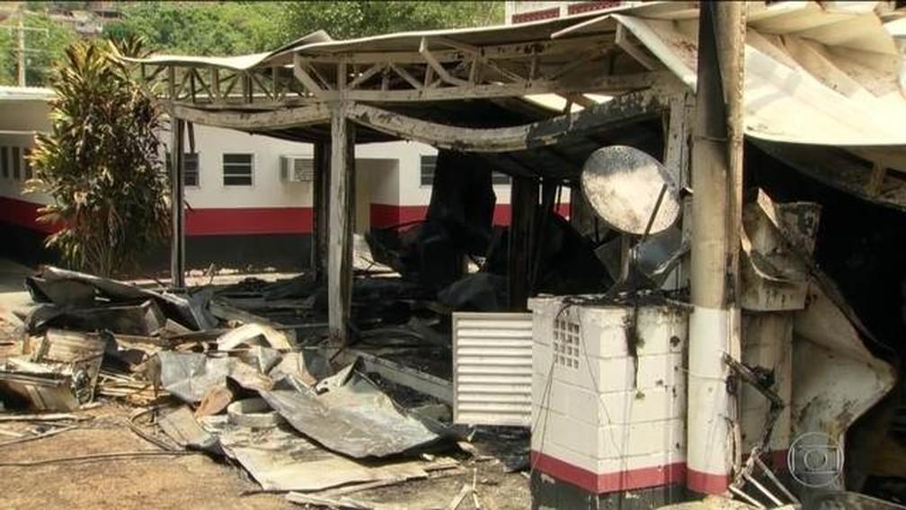 Ninho do Urubu passa por vistoria de autoridades do Rio, quatro dias após incêndio — Foto: Reprodução/JN