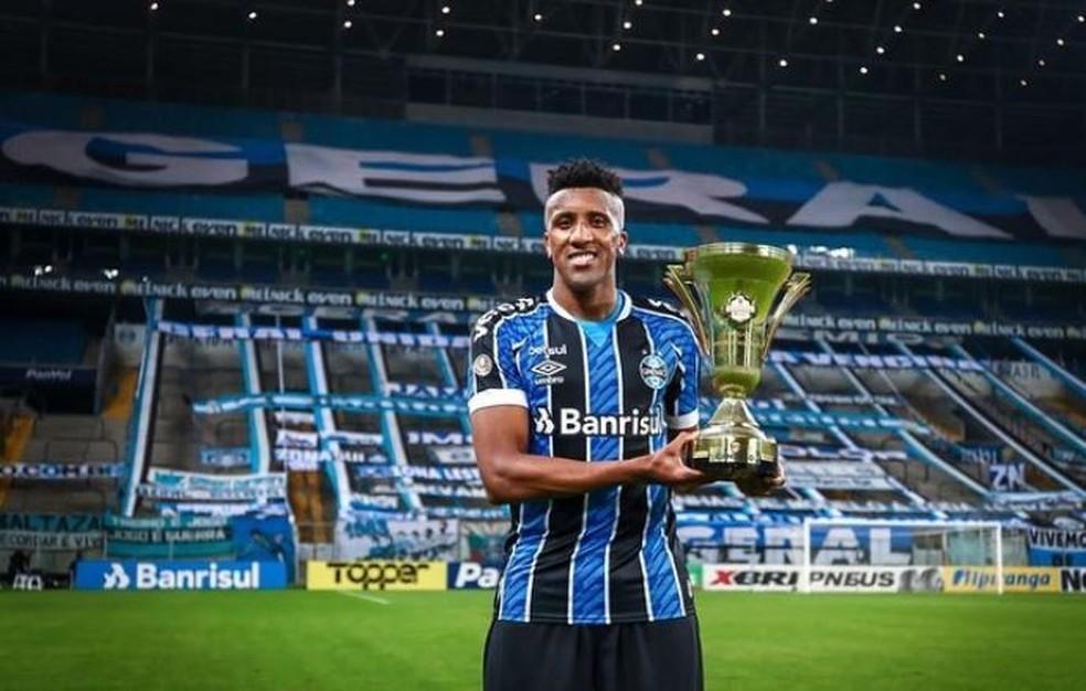 Bruno Cortez com a taça do segundo turno do Gauchão — Foto: Lucas Uebel/Grêmio