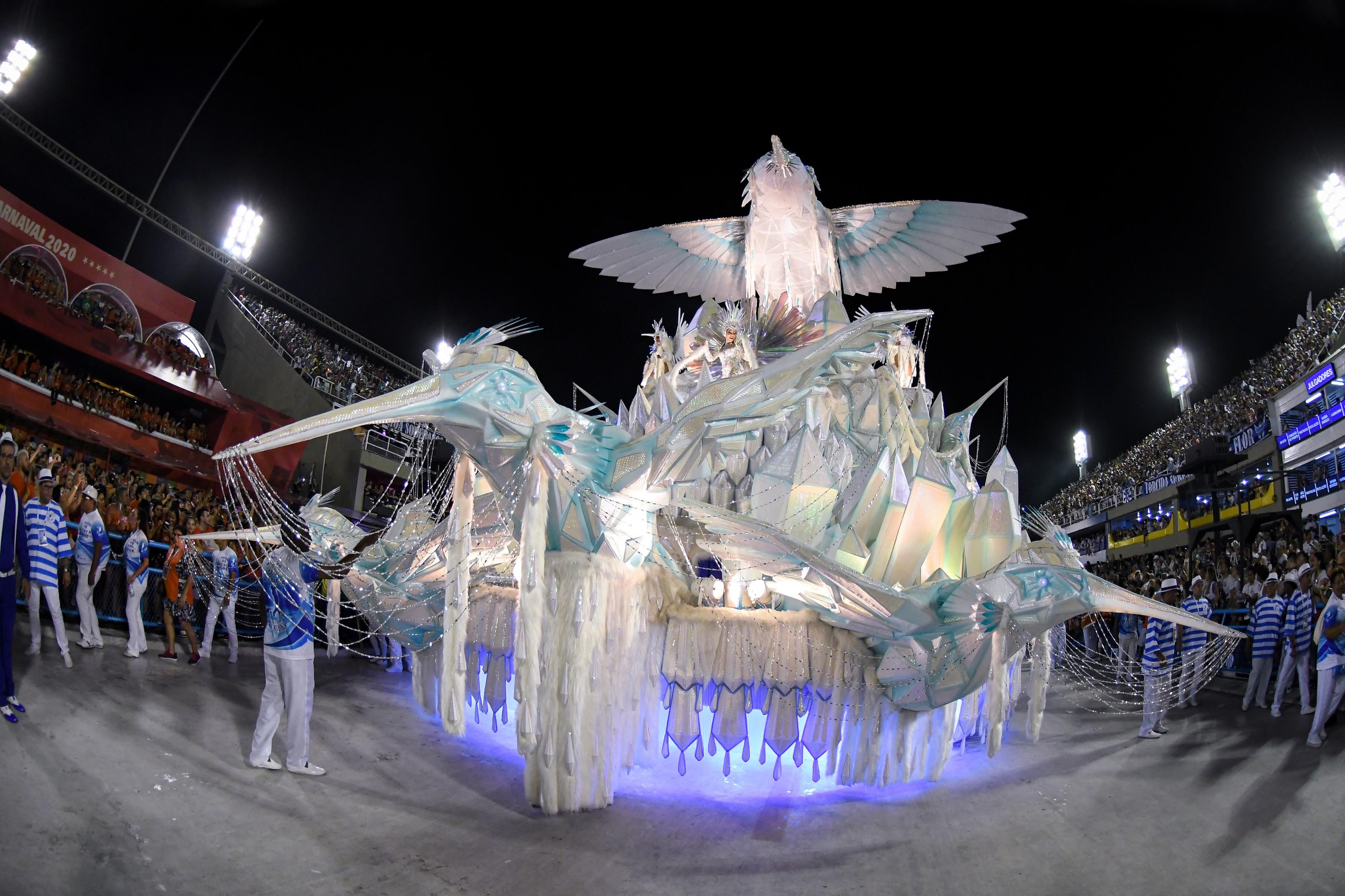 Beija-Flor canta sobre as grandes jornadas da humanidade e ruas famosas ao fechar desfiles do Rio