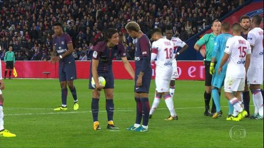 Daniel Alves nega ter tirado a bola da mão de Cavani em cobrança de falta