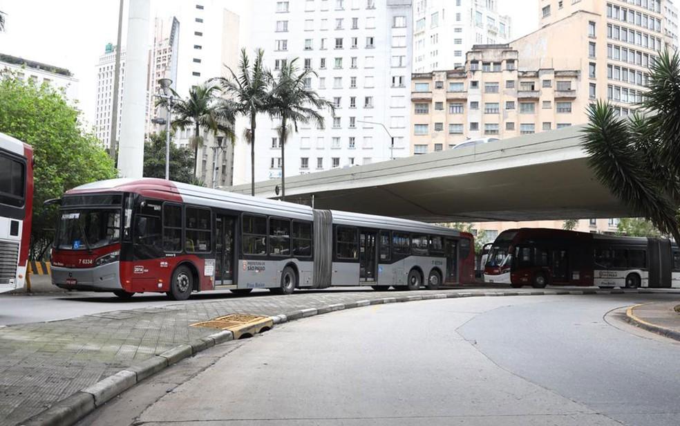 Ônibus parados no Terminal Bandeira — Foto: Celso Tavares/G1