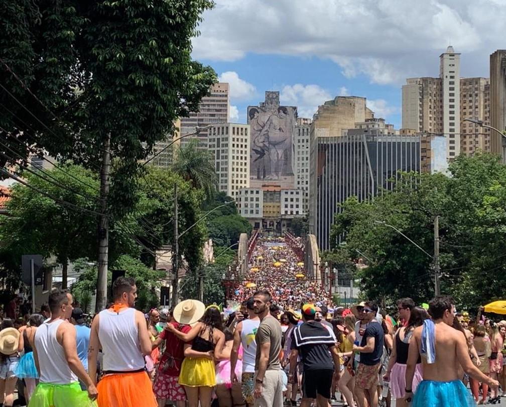 Foliões lotam viaduto de Santa Tereza em 2020. Na hora, não havia bloco desfilando no local, era apenas a circulação de pessoas entre o Centro de BH e a rua Sapucaí. — Foto: Raquel Freitas / G1