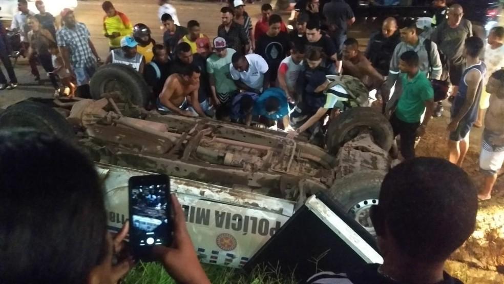 Pista foi interditada de um lado enquanto a viatura da polícia era rebocado (Foto: Divulgação/Polícia Rodoviária Federal)