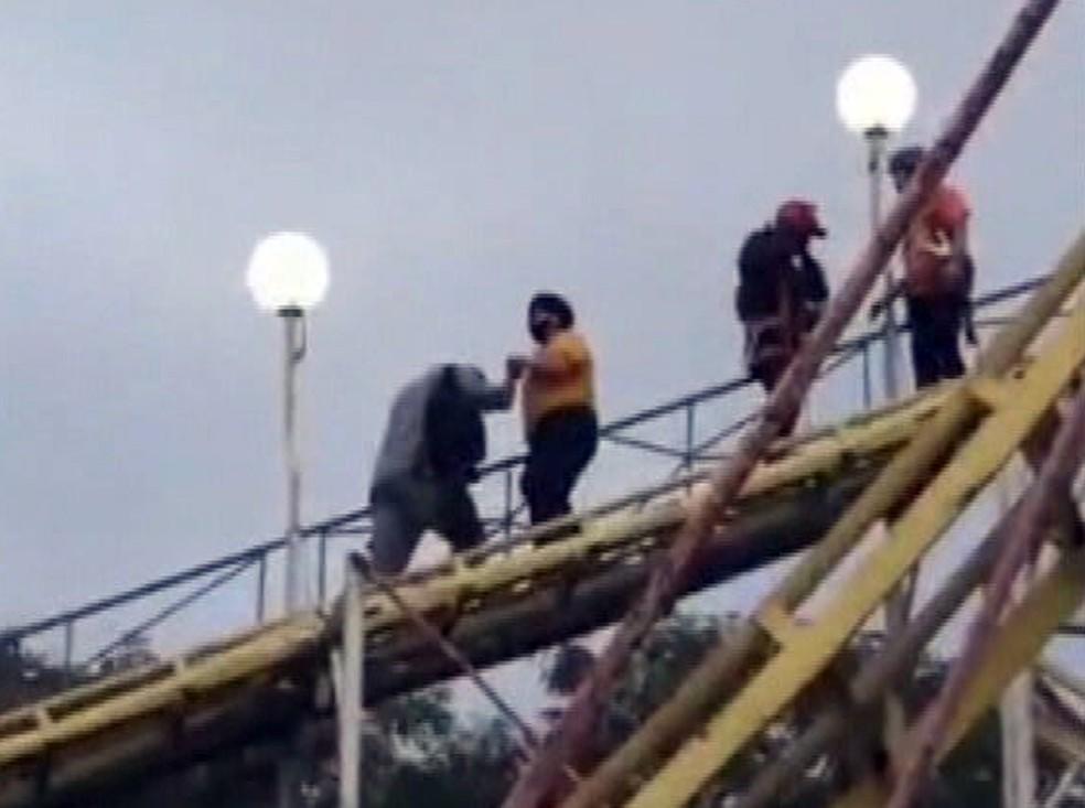 Passageiros tiveram de descer da montanha-russa a pé — Foto: Reprodução/TV Globo
