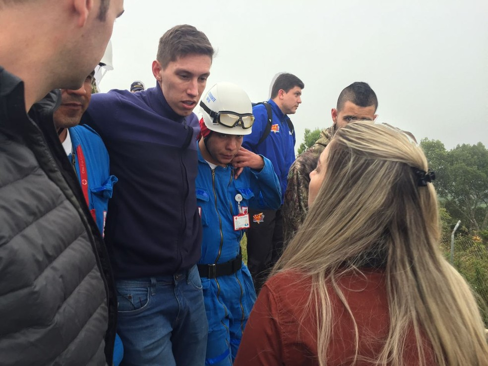 Follmann é carregado no local do acidente (Foto: Cahê Mota)