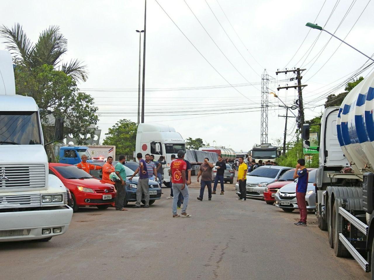 Caminhoneiros fazem protesto contra alta do diesel em estrada no Distrito Industrial de Manaus