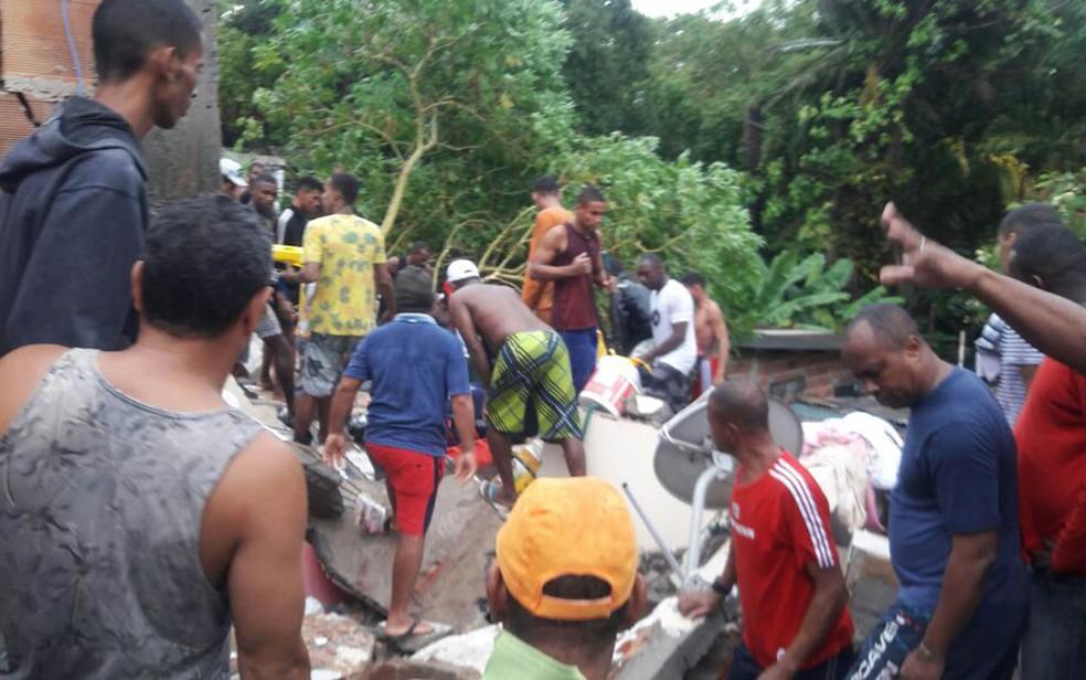 Moradores tentam ajudar em resgate de soterrados, no bairro do Pituaçu, em Salvador (Foto: Vanderson Nascimento/ TV Bahia)