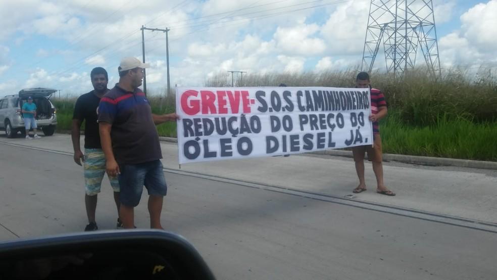 Caminhoneiros pedem redução no preço do combustível na terça-feira (22), em Maceió (Foto: Divulgação/PRF)
