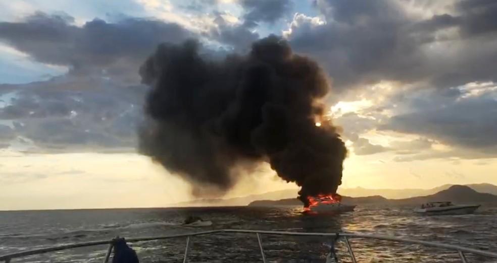 Outras embarcações se aproximaram de lancha em chamas (Foto: Diego Salomão Schleetz/Arquivo Pessoal)