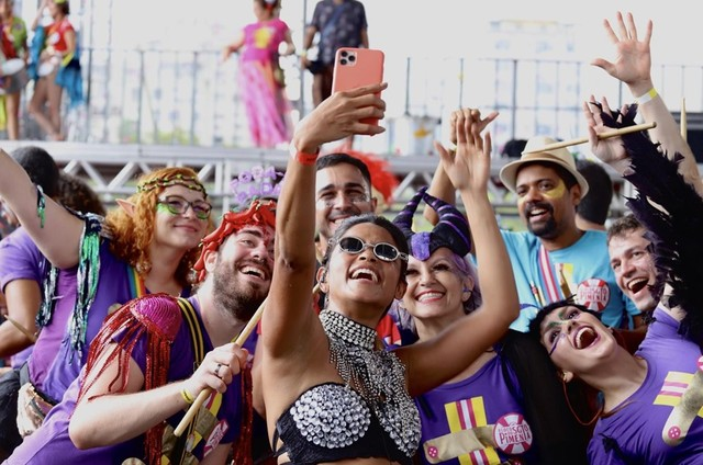 Lucy Alves com os integrantes do bloco Sargento Pimenta (Foto: Rafael Catarcione)