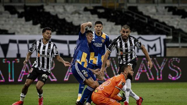 Everson defende, mas logo solta para o gol (anulado) do Boca