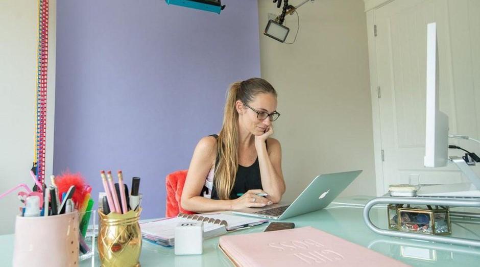 Angela tem um home office que também funciona como estúdio (Foto: Divulgação)