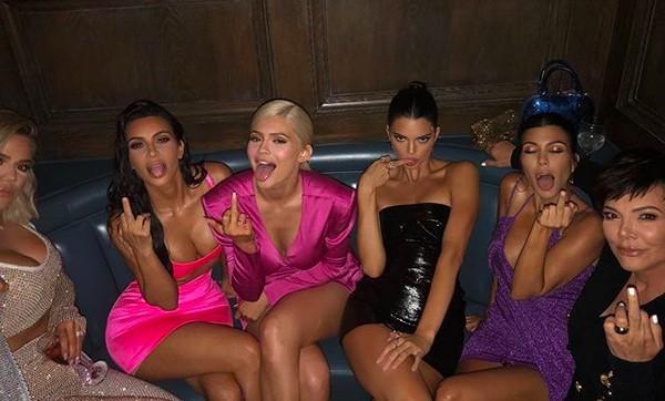 A socialite Kylie Jenner celebrando seu aniversário de 21 anos na companhia das irmãs Kim, Khloé e Kourtney Kardashian e Kendall Jenner e a mãe do quinteto, Kris Jenner (Foto: Instagram)