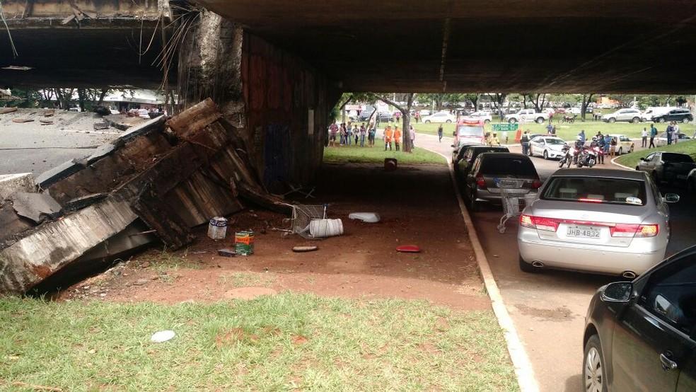 Viaduto no Eixão no centro de Brasília desaba sobre carros estacionados próximo à Galeria dos Estados (Foto: Arquivo pessoal)