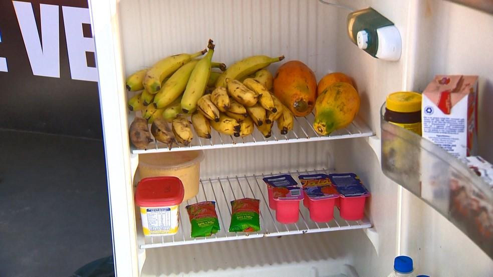 Comunidade também ajuda a abastecer a geladeira — Foto: Reprodução/TV Gazeta