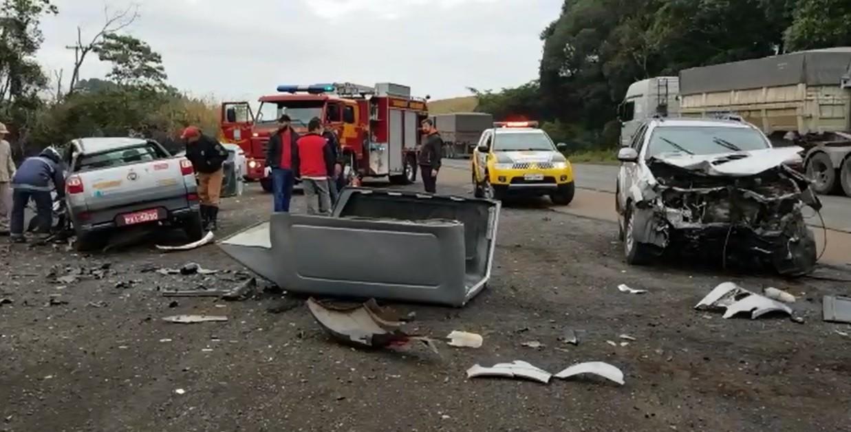 Motoristas tentam evitar acidente e batem de frente em acostamento da PR-280