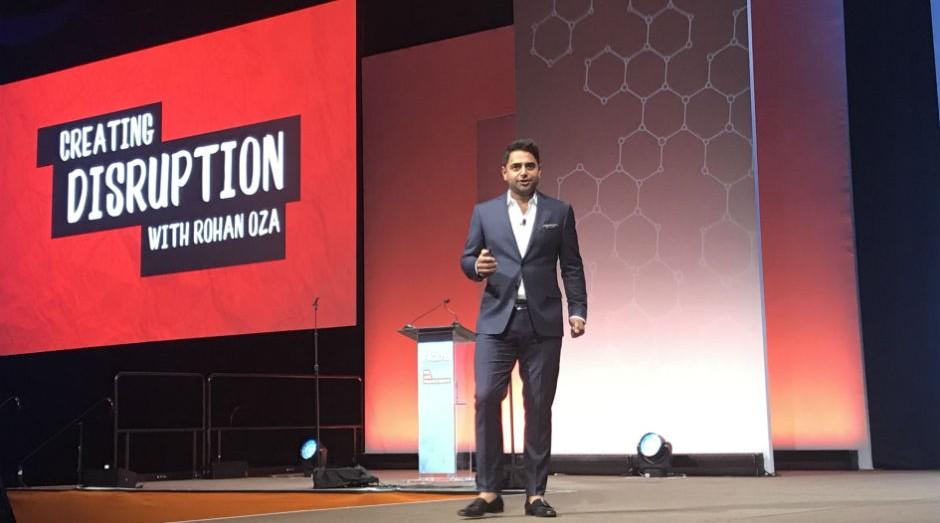 O investidor Rohan Oza, em palestra na Convenção Anual da IFA (Foto: Mariana Iwakura)