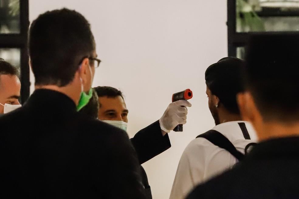 Funcionários do hotel onde Ronaldinho cumprirá prisão domiciliar medem a temperatura do ex-jogador antes da entrada dele no local — Foto: Nathalia Aguilar/EFE