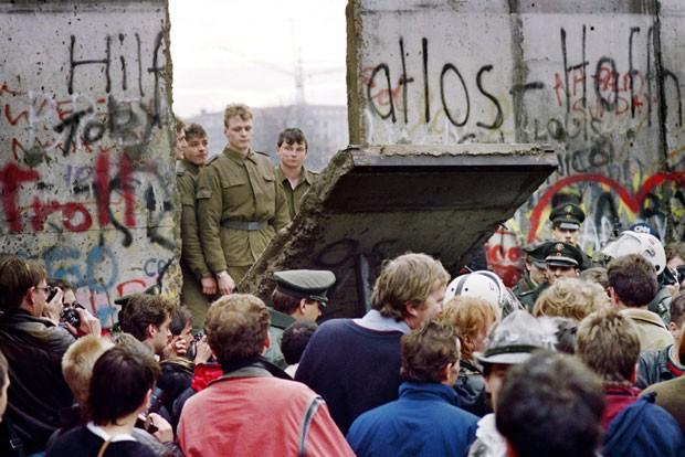 Resultado de imagem para queda do muro de berlim