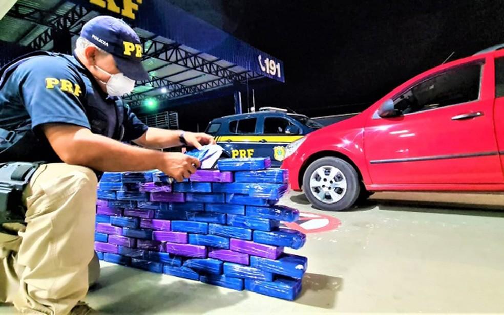 Policiais resolveram vistoriar veículo após casal demonstrar nervosismo em abordagem — Foto: Divulgação/PRF